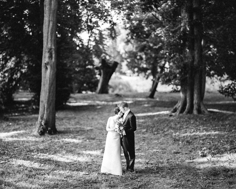 Jungetrifftmädchen analoge Hochzeitsfotografie auf Film 35mm & Mittelformat